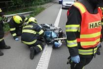 Rušné sváteční úterý zakončili hasiči na Rychnovsku u nehody motorkáře.