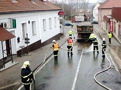Odklízení nečistot zvozovky vKomenského ulici v Častolovicích.
