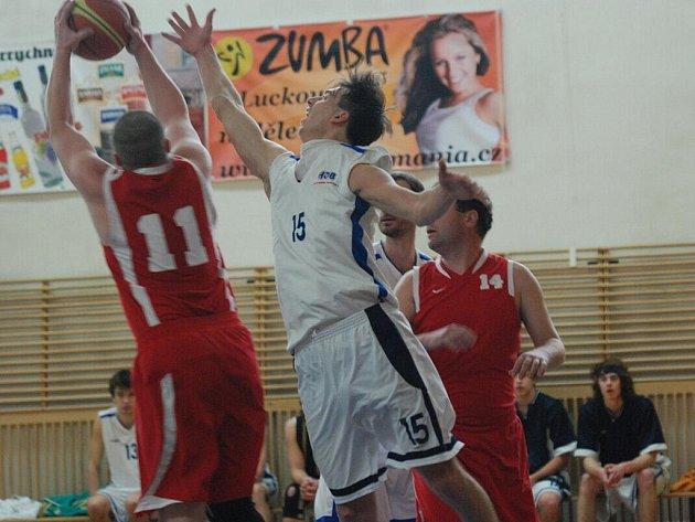 O ŠEST BODŮ prohráli basketbalisté BC Spartak Rychnov nad Kněžnou (v bílém) v okresním derby s SK Týniště nad Orlicí, který si drží první pozici v průběžné tabulce VBL
