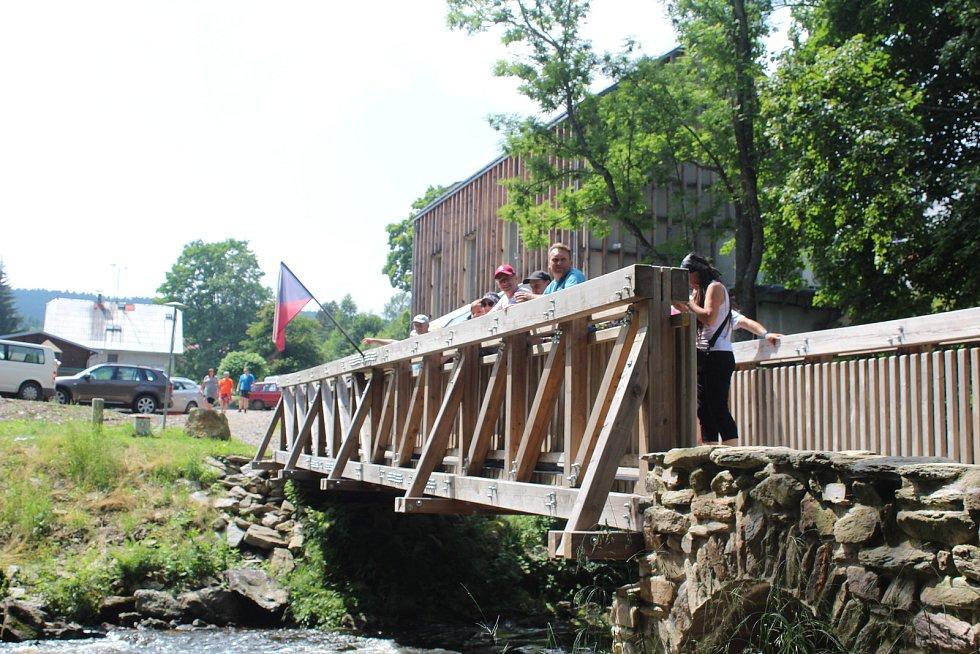 Díky dřevěnému mostu, který nahradil zaniklý kamenný Janský most v Neratově, vznikla nová spojnice pro pěší a cyklisty s Polskem.