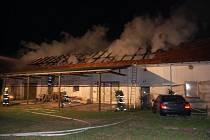 Shořela střecha a zhruba polovina objektu.