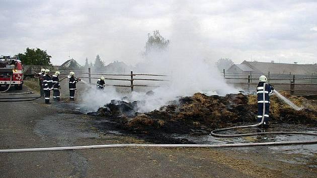 Požár slámy v Očelicích. Zasahovaly zde čtyři hasičské sbory.