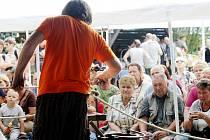 TAVENÍ SKLA DŘEVEM JE AKCÍ, při níž se hemžení lidí v horské obci Deštné dá srovnávat s ruchem menšího města. Svátky skla se tradičně konají první srpnový víkend.