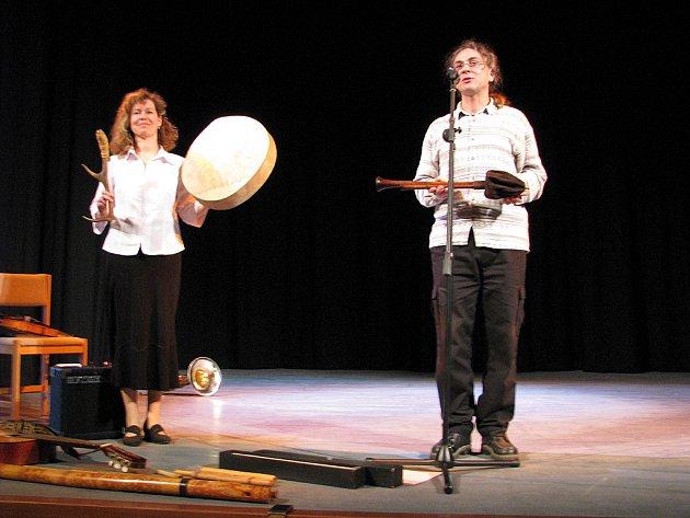 Manželé Kocůrkovi z Brna představili v Pelclově divadle žákům rychnovských základních škol svou  unikátní sbírku hudebních nástrojů z celého světa.