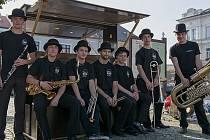 Black Buřiňos z Týniště nad Orlicí zahráli u piana na rychnovském náměstí.