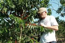 PETR FROLÍK, který už za kávou procestoval pěkný kus světa, má nejraději tu, co sám vyrábí.