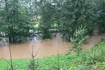 Déšť a zdivočelé říčky vyhnaly táborníky z osad