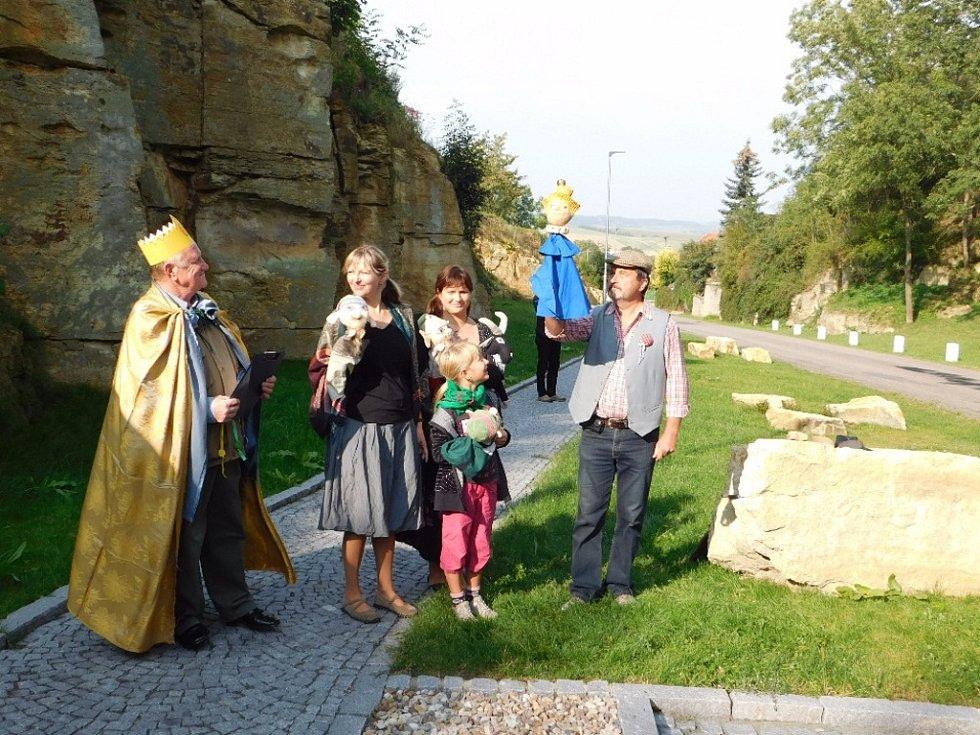 Král skřítků vítá hosty Ve Skalách.