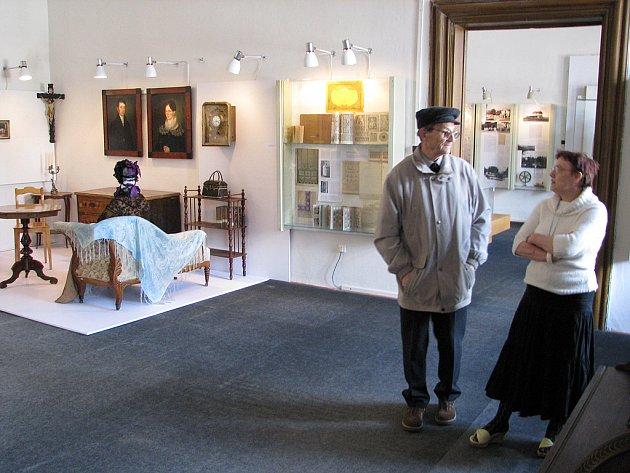 UNIKÁTNÍ VÝSTAVA.  Průvodkyně expozicí Muzea a Galerie Orlických hor Šárka Jará popisuje rychnovskému historikovi Jiřímu Frýzkovi místnost věnovanou bouřlivému 19. století.