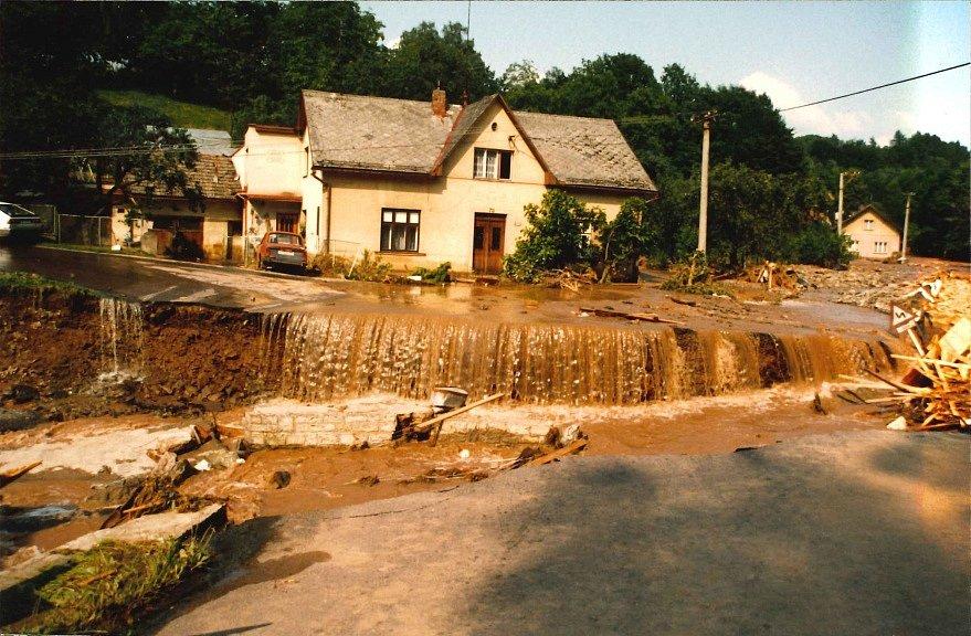 Následky ničivé povodně na Rychnovsku z roku 1998.