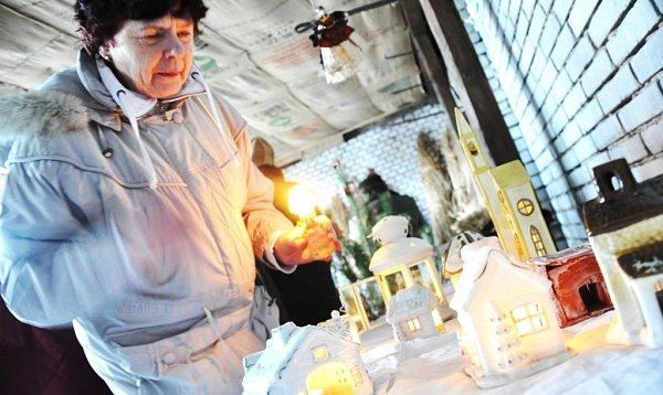 PRO SVĚTLO ZAPÁLENÉ VBETLÉMĚ si lidé přicházeli vneděli ina Štědrý den. Plamínek byl nejčastěji přechováván vkostelech, ale připálit si lucerničku bylo možné ina náměstích či různých kulturních akcích.