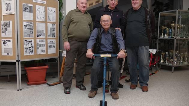 První výbor Skibob klubu Dobruška tvořili Miloš Tribula (uprostřed na skibobu) a dále zleva Ladislav Sucharda, Karel Baláček a Ladislav Nývlt.