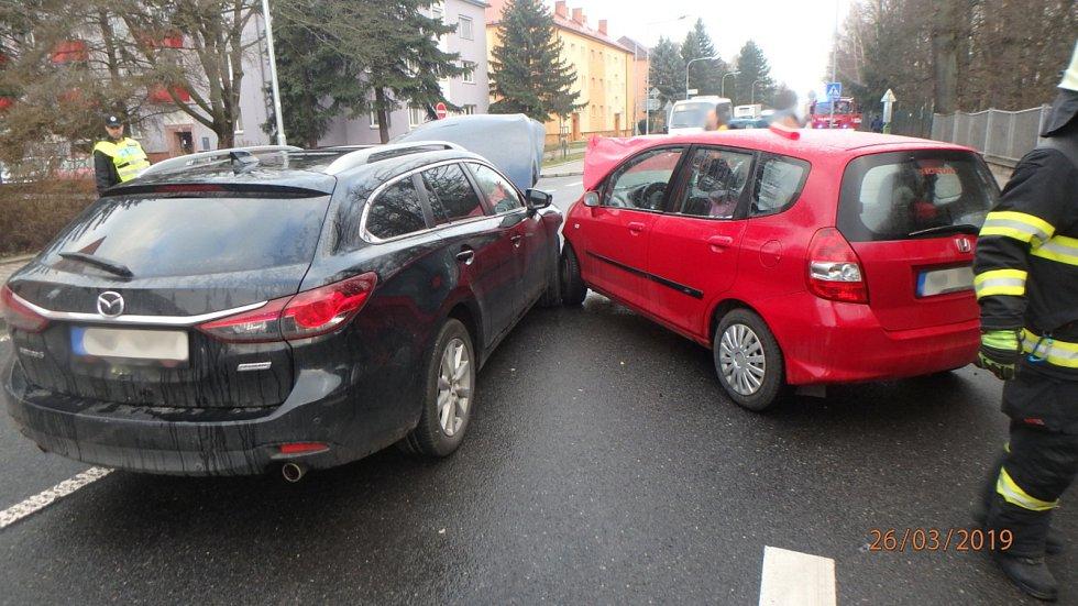 U nemocnice se srazila dvě osobní auta.