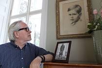 František Kinský třikrát - u obrázku ze svého dětství a na snímku se svým dědečkem. Foto: Deník/Jana Kotalová