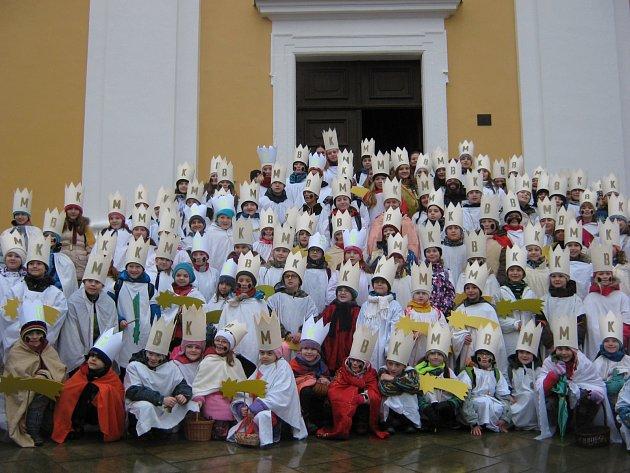 ČTYŘICET ČTYŘI x TŘI = 132. Tolik malých králů se letos nechalo zvěčnit před kostelem sv. Václava před tím, než vyrazilo do dobrušských ulic.