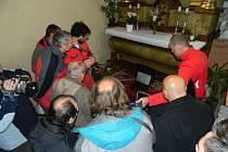 Do podzemí kostela se odborníci podívali prostřednictvím sondy s miniaturní kamerou a osvětlením. Filmové záběry z krypty se zobrazil na monitoru laptopu.