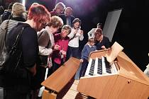 Varhany si chtělo zblízka osahat mnoho posluchačů.