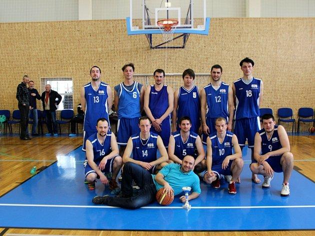 STŘÍBRNÝ TÝM rychnovských basketbalistů.