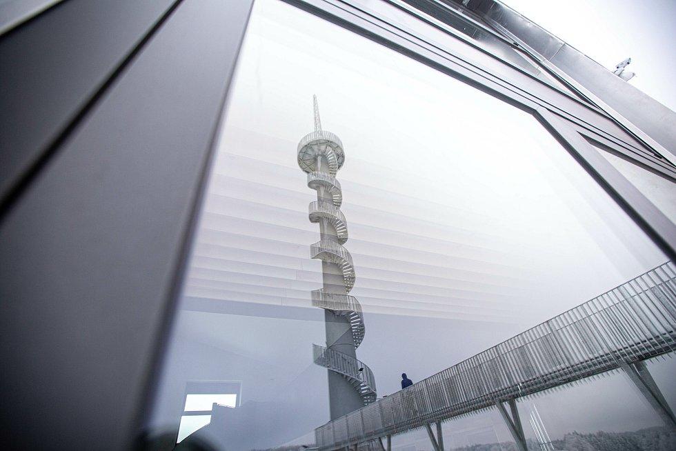 Nová rozhledna na Novém Hrádku se těší velkému zájmu. Z bývalé větrné elektrárny tam vznikla futuristická rozhledna.