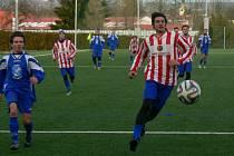 NEROZHODNÝM VÝSLEDKEM skončil přípravný fotbalový zápas účastníků krajských soutěží na umělém trávníku v Dobrušce.