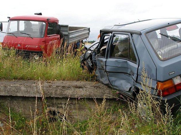 Havárie na okraji Rychnova n. Kněžnou. Favorit se zde srazil s nákladním vozem v pondělí odpoledne. Při nehodě došlo ke zranění jedné osoby.