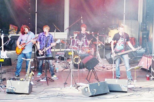 Hudební skupina Last Holiday(s) hraje už dva roky. Některé zjejích členů přivedla kmuzice náhoda. Kytary dostali dárkem a tak se zrodila jejich láska kvystupování a hudbě.