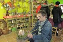 Někteří zaměstnanci vyráběli své výrobky přímo na místě, například proutěné koše.