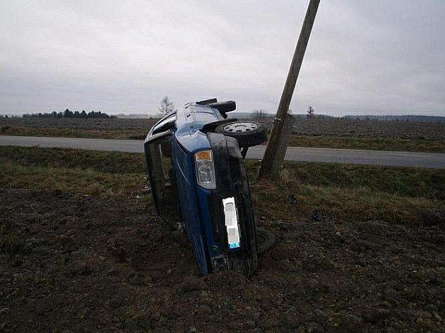 Mezi Bělou a Městskou Habrovou havarovala třiapadesátiletá řidička.