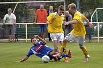 Týnišťský fotbalista  Lukáš Hlaváč (vlevo) se ze všech sil snaží zastavit útočnou akci hráčů Broumova, kteří si z Olšiny odvezli tři body na vítězství 3:1.