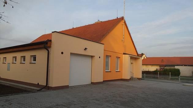 Nově zrekonstruovaná prodejna a hasičárna v Ledcích.