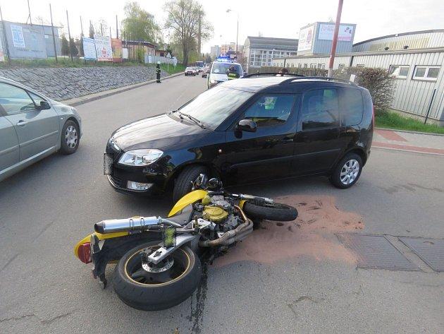 Třiatřicetiletá řidička, která přijížděla z vedlejší komunikace, nedala mladému motorkáři přednost.