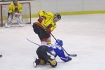 VÝBORNÝ VÝKON podali hráči HC Legie Týniště (světlé dresy) v dramatickém duelu s obhájcem titulu HC Rychnov.
