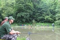 RYBÁŘI ČEKAJÍ u rybníka  na své úlovky. Podle většiny ryby moc nebraly. Závodníkům se klání i tak líbilo.  Především díky krásnému prostředí opočenského zámeckého parku, které chválili.