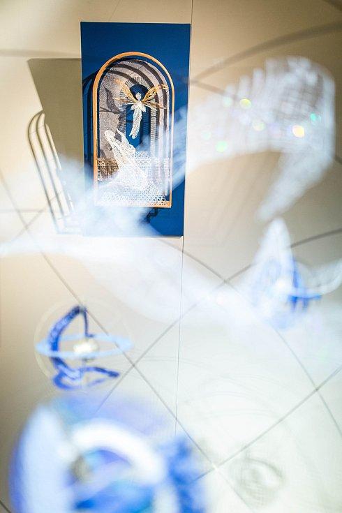 Muzeum krajky ve Vamberku představuje výstavu Prostor v krajce a krajka v prostoru, která je oslavou významného životního jubilea české výtvarnice Milči Eremiášové.