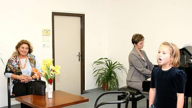 Skvostným hlasem uvítala příchozí Beňačkovou mladičká Anna Vašatová.