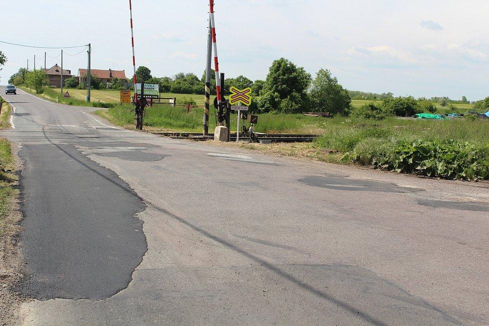 U železničního přejezdu v Opočně byly díry vymleté až na kočičí hlavy.