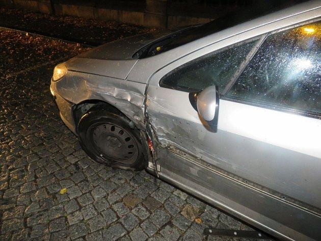 Dopravní nehoda dvou osobních automobilů vhistorické části Rychnova nad Kněžnou.