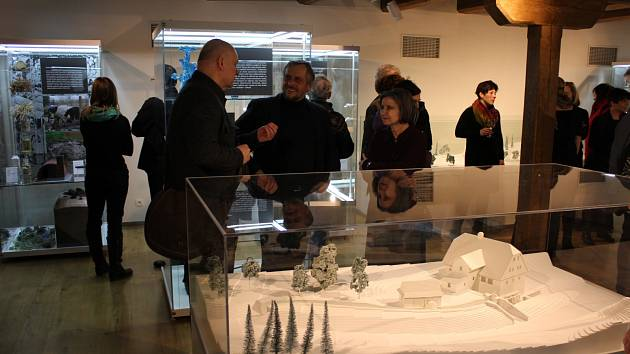 Návštěvníci vernisáže u nových modelů.