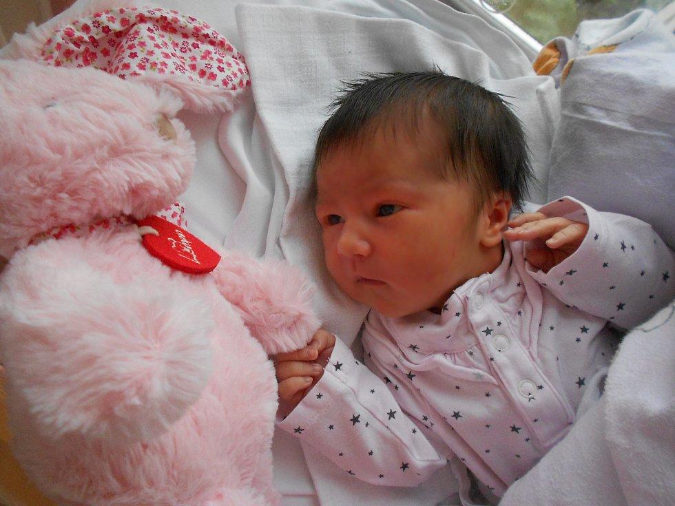 Karolína Krmenčíková se narodila 2. listopadu 2019 v19.50 hodin. Měřila rovných 50 cm a vážila 3 250 g. Rodiče Lucie a Petr zBolehoště zní mají obrovskou radost. Tatínek u porodu nechyběl.