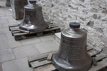 Na věž kostela v Neratově se vrátily zvony.