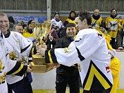 OSLAVY. Zámělští Sršni a jejich příznivci si vítězný triumf v Rychnovské hokejové lize po zásluze užívali.