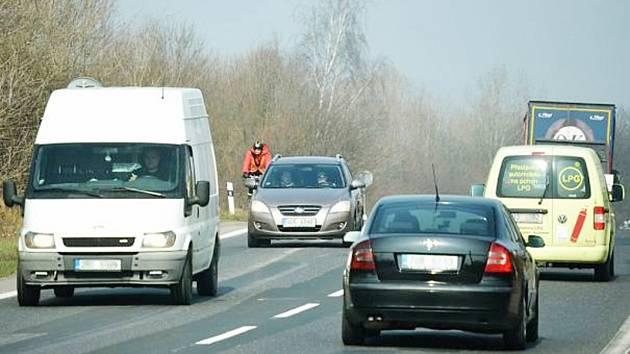Dvouproudová silnice - ilustrační foto.