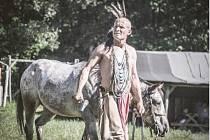 TEN, KTERÝ SEDÍ POD KONĚM, tak zní indiánské jméno Petra Staňka, jenž se mimo jiné účinkující představí publiku zítra na Vochtánce v rámci letošního prvního Westernového dne.