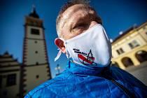 V Dobrušce dostali darem od jedné místní reklamní agentury originální roušky se znakem města.