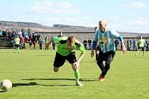 BEZ BODŮ se vrátili z Provodova fotbalisté Dobrušky. Na snímku bojují o míč Marcel Majer (vlevo) a Ondřej Nejman.
