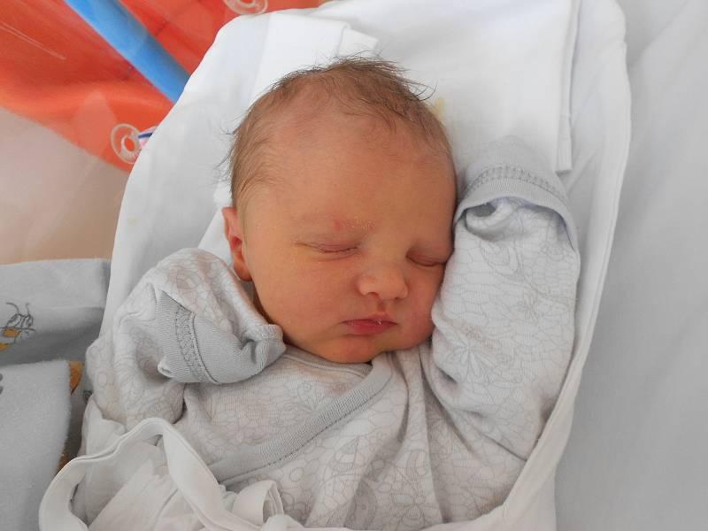 JÁCHYM VÍŠEK přišel na svět 11. června ve 20.40 hodin. Měřil 53 cm a vážil 3650 g. Nejvíce potěšil své rodiče Michaelu Kuchařovou a Aleše Víška z Borohrádku. Doma se těší bráška Adam. Tatínek byl u porodu velkou oporou a zvládl to velice dobře.