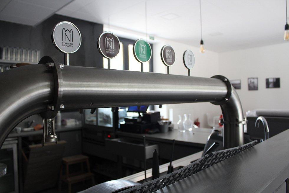 Společenské centrum v Neratově prošlo kolaudací v úterý 13. července. Na čepu tu budou místní piva, to mimochodem proudí mezi sousedním pivovarem a Společenským centrem pivovodem, do dolní části budovy se totiž pivovar rozšířil a pivo tu uzrává v tancích.