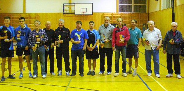 NÁSTUP. Na snímku je dvanáct účastníků turnaje dospělých při slavnostním vyhlášení výsledků. Zcela vlevo stojí vítěz Jan Stejskal zVysokého Mýta a další podle umístění vpravo.