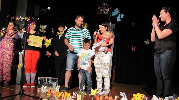 Na benefiční akci zazpívala Věra Martinová, Livie Kuchařová. Představily se zde i místní soubory. Společně s rodinou Čihákových se zde sešli všichni, kdo chtěli nějak pomoci.