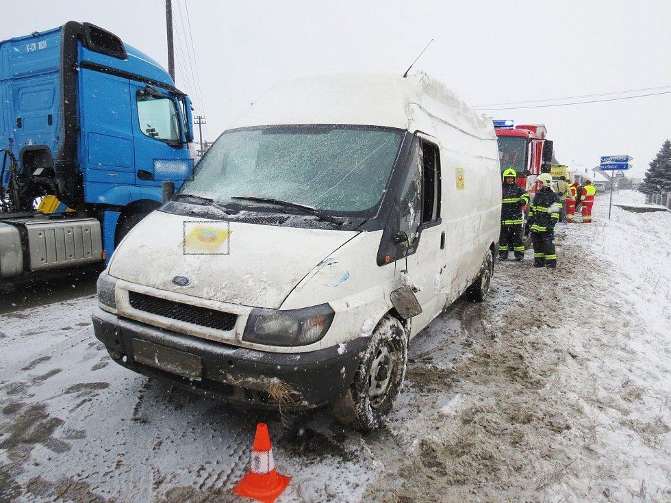 Ford Tranzit jedoucí po silnici č. I / 11 mezi Častolovicemi a Česticemi  po předjíždění zařazoval zpět do svého jízdního pruhu a dostal smyk.